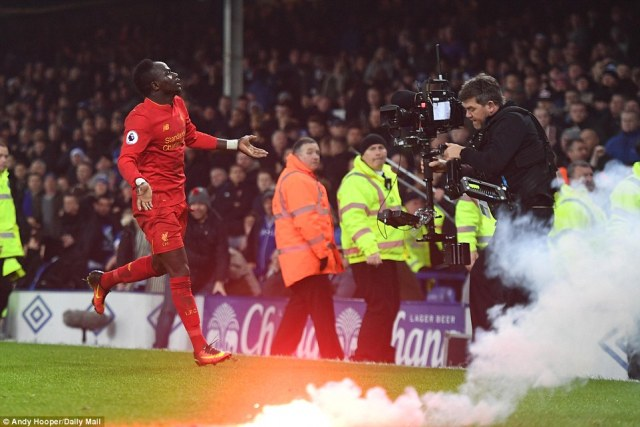 3B86FC4600000578-4049790-With_a_flare_on_the_pitch_the_Senegalese_runs_over_to_the_away_f-a-1_1482226923177